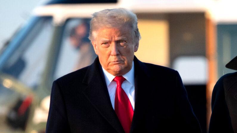 도널드 트럼프 대통령이 에어포스원 탑승을 위해 이동하고 있다. 2020.12.23 | Saul Loeb/AFP via Getty Images