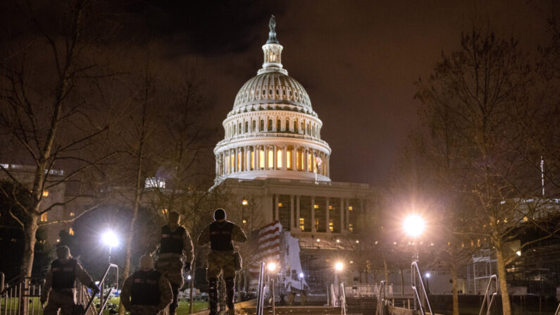 지난 6일(현지시각) 경찰들이미국 워싱턴DC 국회의사당 주변을 지키고 있다. | John Moore/Getty Images