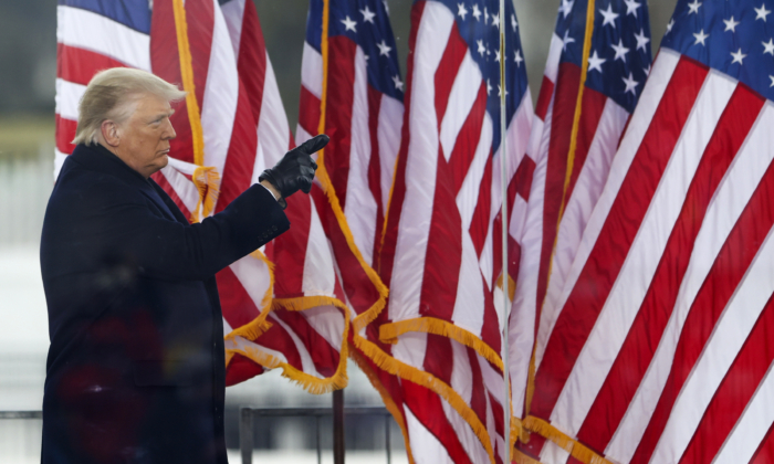 도널드 트럼프 미국 대통령이 지난 6일(현지시각) 미국 워싱턴DC에서 열린 '도둑질을 멈춰라' 집회에서 참석자들과 인사하고 있다. | Tasos Katopodis/Getty Images