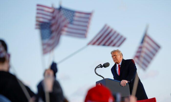 """트럼프, 워싱턴 떠나며 고별사 """"어떤 형태로든 다시 돌아올 것"""""""
