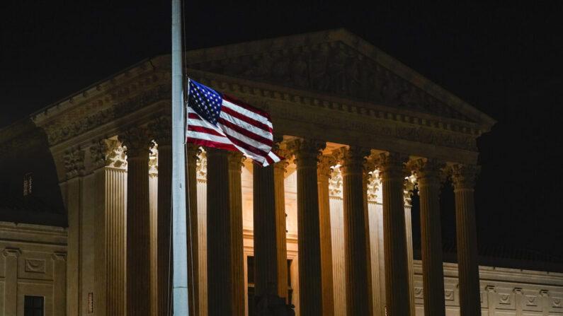 미국 워싱턴DC 연방 대법원 청사 앞에 조기가 게양돼 있다. | Alex Brandon/AP Photo=연합