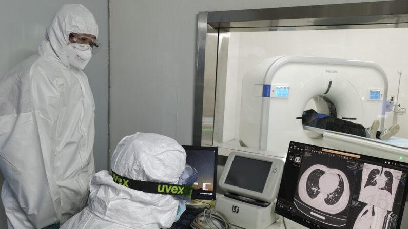 중국 우한의 훠선산 임시 병원에서 9일 의료진이 한 신종 코로나바이러스 감염증 환자의 폐를 스캔하고 있다. | AP=연합