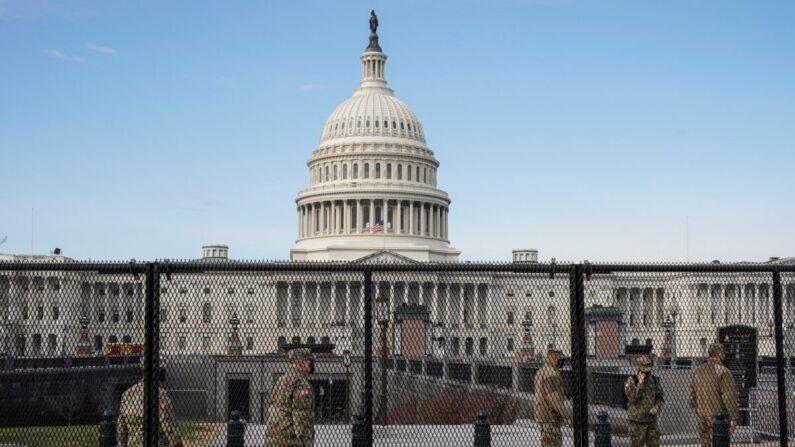 2021년 1월 14일(현지시각) 군 병력이 미국 워싱턴 국회의사당 주변에서 보초를 서고 있다. | REUTERS/Joshua Roberts=연합