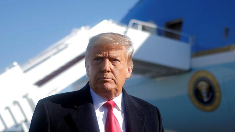 도널드 트럼프 미국 대통령이 텍사스의 국경장벽 방문을 위해 워싱턴을 출발하는 에어포스원 항공기 탑승 전 기자들에게 말하고 있다. | REUTERS/Carlos Barria=연합