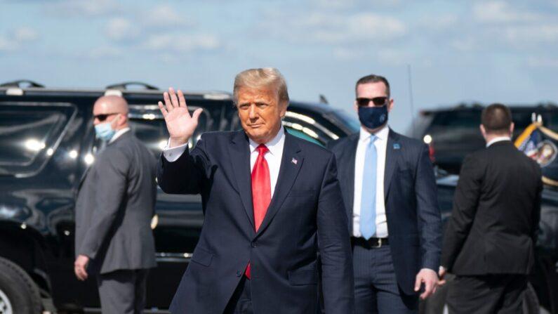 도널드 트럼프 전 대통령이 플로리다 팜 비치 국제공항에 착륙 후 비행기에서 내려 지지자들에게 인사하고 있다.   ALEX EDELMAN/AFP via Getty Images