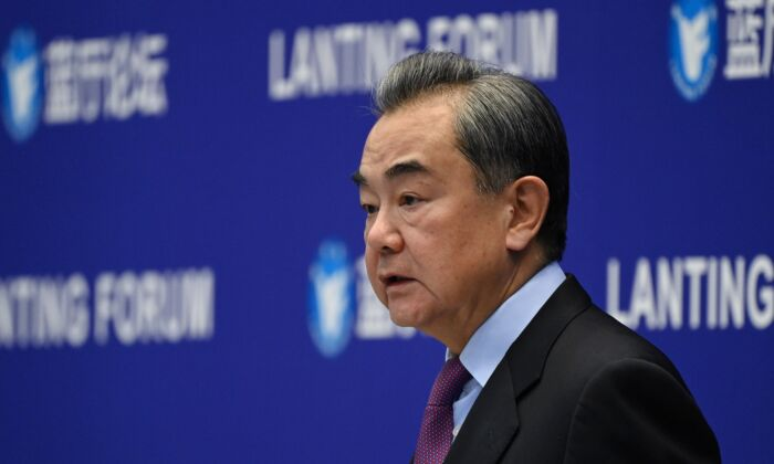 왕이 중국 외교부장이 2월 22일 중국 베이징에서 열린 중미 관계에 관한 란팅 포럼에서 연설하고 있다.   Greg Baker / AFP via Getty Images
