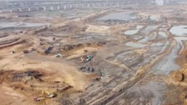 물이 말라 바닥이 드러난 중국 호북성 무한시 장강 구간 | 화면 캡처