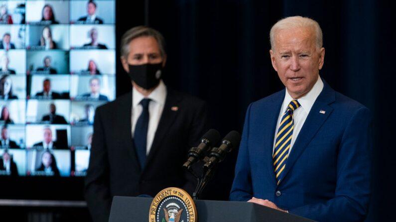 조 바이든 미국 대통령이 4일(현지시간) 워싱턴DC 국무부 청사에서 토니 블링컨 국무장관이 지켜보는 가운데 외교정책에 관한 연설을 하고 있다. | AP=연합