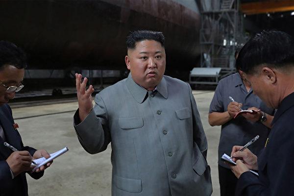 북한의 김정은 국무위원장이 북한 잠수함을 시찰하고 있다. | KCNA VIA KNS/AFP