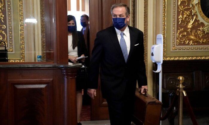 도널드 트럼프 전 미국 대통령의 변호인 마이클 T. 반데르 빈 변호사가 상원의 탄핵심판 닷새째인 13일(현지시각) 변론을 위해 의사당에 들어서고 있다. 2021.2.13 | Greg Nash/Getty Images