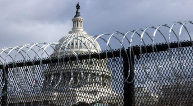 철제 펜스 너머로 보이는 미국 국회의사당