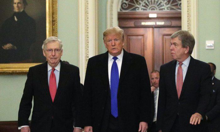 좌로부터 미치 매코널 공화당 상원 원내대표, 도널드 트럼프 전 미국 대통령, 로이 블런트 공화당 상원의원. 2019.3.26 | Alex Wong/Getty Images