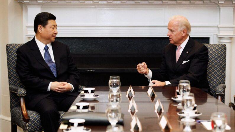 2012년 2월 14일(현지시각) 미국 워싱턴DC에서 당시 조 바이든 부통령(오른쪽), 시진핑 중국 공산당 국가부주석 등 양국 관리들이 확대 회담을 하고 있다. |  Chip Somodevilla/Getty Images