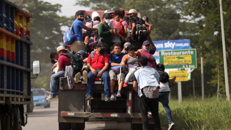 지난 1월 15일(현지시각) 온드라스 이민자 행렬이 과테말라를 지나고 있다. 이들의 목적지는 미국이다.   Milo Espinoza/Getty Images