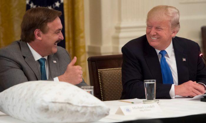 마이필로우 창업자 마이클 린델(왼쪽)과 도널드 트럼프 대통령이 인사하고 있다. 2017.7.19 | Saul Loeb/AFP/Getty Images=연합