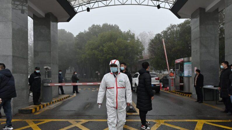 세계보건기구(WHO) 국제조사팀이 중국 호북(후베이)성 무한(우한)에 도착한 가운데, 전신방호복을 착용한 의료진이 후베이성 보건당국 청사 입구 앞에 서 있다. 2021.2.1 | HECTOR RETAMAL/AFP via Getty Images=연합