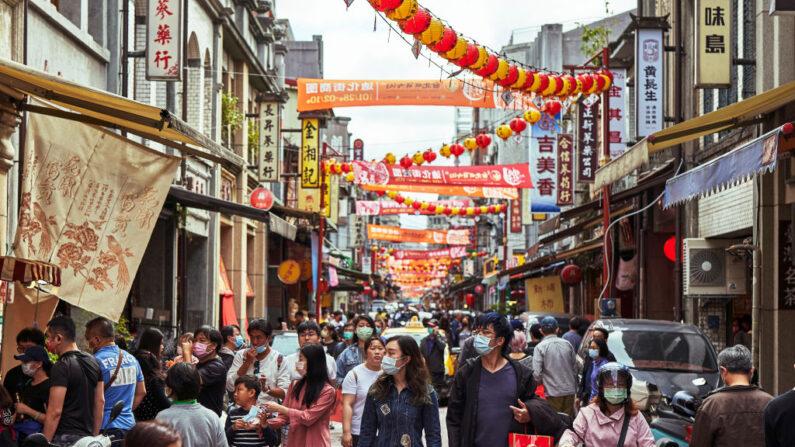 중국신년(설명절)을 맞은 지난 2월 10일 대만 타이페이시의 한 거리에 마스크를 착용한 행인들이 오가고 있다. | An Rong Xu/Getty Images