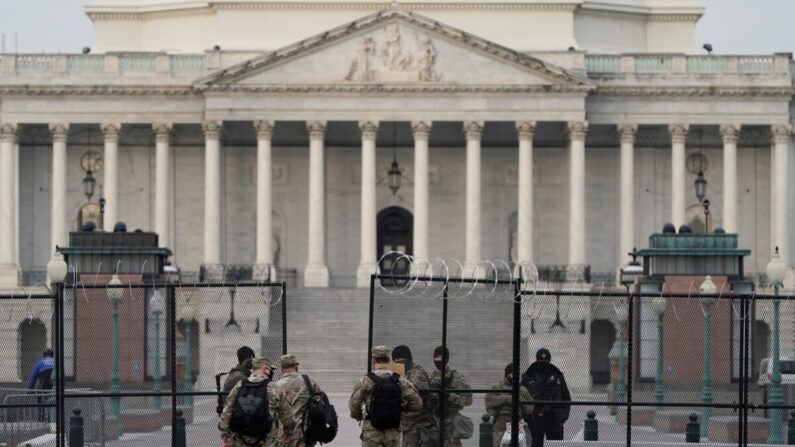 주 방위군이 미국 워싱턴DC 국회 의사당 앞을 지키고 있다. 2021.2.9 | REUTERS/Joshua Roberts=연합뉴스