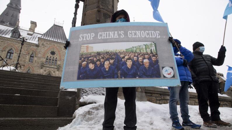캐나다 수도 오타와의 의사당 주변에서 22일(현지시간) 시위대가 모여 중국의 위구르족 인권 탄압을 규탄하고 있다. 캐나다 의회는 중국의 위구르족 탄압을 학살로 규정할 것을 요구하는 야당의 동의안을 표결에 부칠 것으로 예상된다. | AP=연합