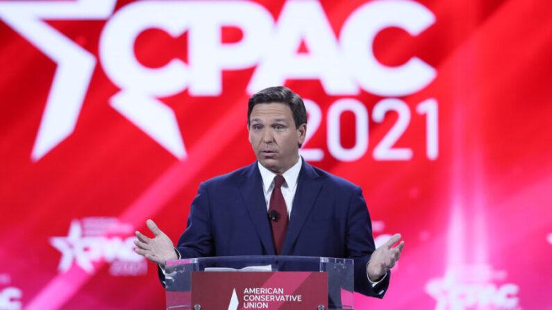 공화당 소속인 론 드산티스 미국 플로리다 주지사가 2021년 2월 26일(현지시각) 플로리다 올랜도에서 열린 2021 보수정치행동(CPAC)에서 연설하고 있다. | Joe Raedle/Getty Images