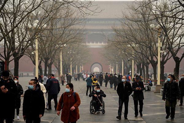 정초부터 중국 대도시에 짙은 스모그 현상이 나타났다. 사진은 설 연휴 둘째 날인 2월 13일 베이징의 스모그 상황을 보여준다. | NOEL CELIS/AFP via Getty Images