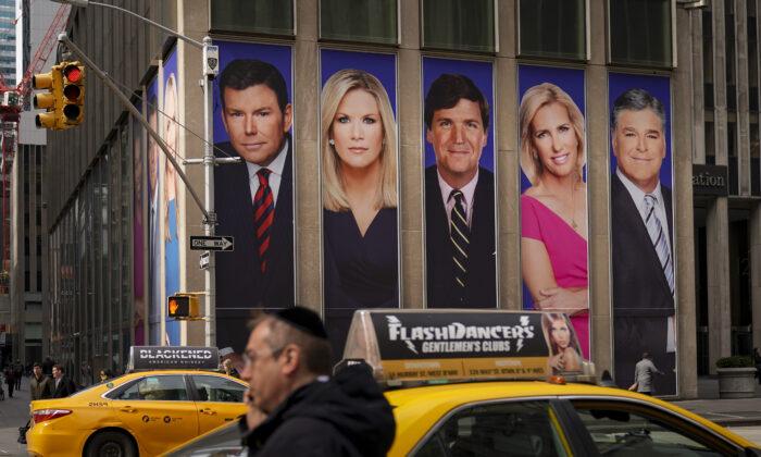 뉴욕 맨해튼 거리에 설치된 폭스뉴스 유명 진행자 모습이 실린 광고판. 2019.3.13 | Drew Angerer/Getty Images