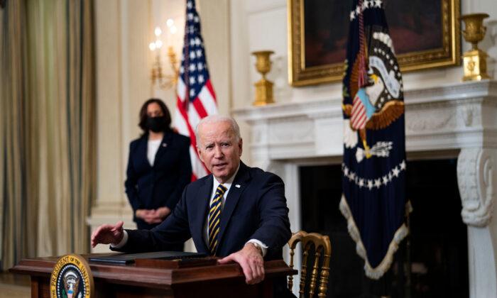 조 바이든 대통령이 2월 24일 카말라 해리스 부통령이 지켜보는 가운데 행정 명령에 서명했다. | Doug Mills-Pool / Getty Images