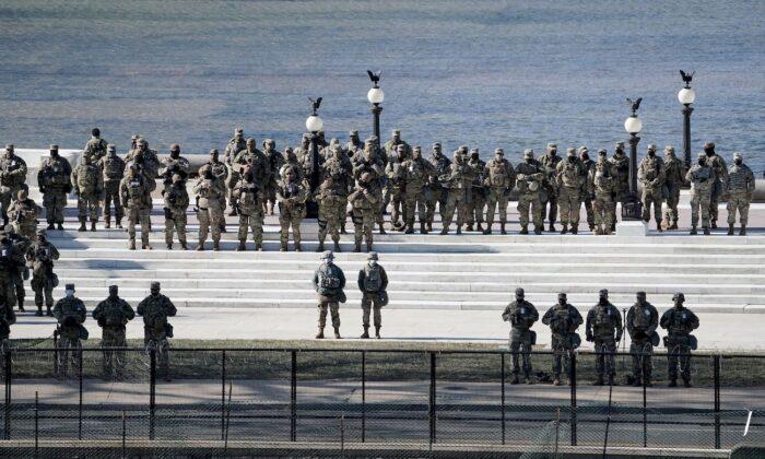 주 방위군이 미국 워싱턴DC 연방의회 의사당에서 열린 제59대 대통령 취임식에서 조 바이든 당선인의 취임사를 듣고 있다. 2021.1.20 | Greg Nash/AFP via Getty Images