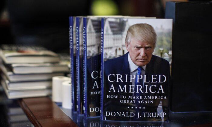미국 뉴욕주 맨해튼 트럼프 타워에 전시된 도널드 트럼프의 저서 '불구가 된 미국(Crippled America)'. 2015.11.3 | Kena Betancur/AFP via Getty Images