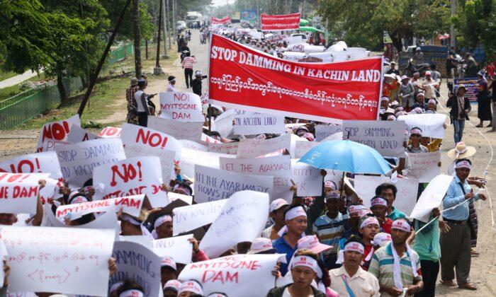 중공이 2009년 미얀마와 체결한 36억 달러 규모의 미트소네 댐 건설 프로젝트는 현지 주민들의 격렬한 반대에 부딪혀 2011년에 중단됐다. | Zau Ring Hpra / AFP / Getty Images