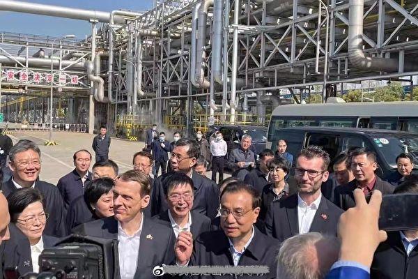 리커창(李克強) 중국 국무원 총리가 2021년 3월26일 중국-독일 합작기업인 바스프(BASF) 공장을 시찰하고 있다. | 웨이보