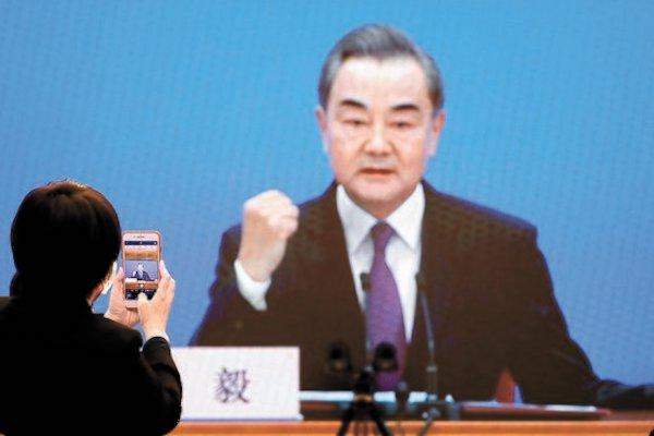 지난 3월 7일 베이징 미디어센터에서 왕이 중국 국무위원 겸 외교부장이 연설하는 장면을 카메라가 잡고 있다. | 로이터 연합