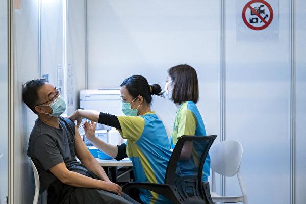 홍콩의 지역 사회 예방 접종 센터에서 한 남성이 중국 백신을 접종하고 있다. | Paul Yeung/POOL/AFP