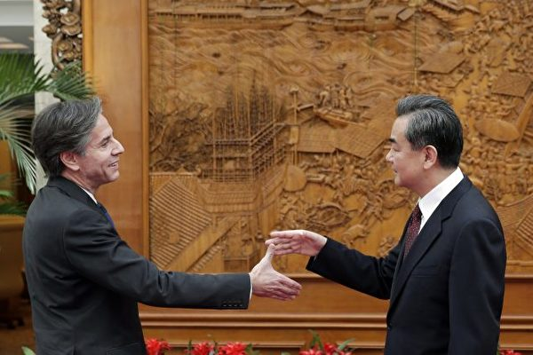 2015년 2월 11일 토니 블링컨 미 국무부 차관(왼쪽)이 베이징에서 왕이 중공 외교 부장과 만난 모습. | Andy Wong/Pool/Getty Images