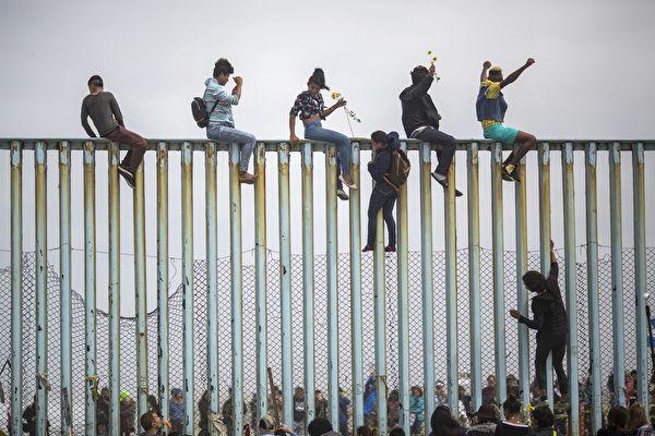 미국 텍사스주가 미국 국경 위기에 대응해 론스타 작전을 개시했다. | David McNew/Getty Images