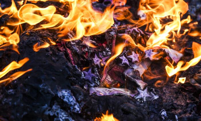 미국 성조기가 불에 타는 모습. 2021.1.20 | Michael Ciaglo/Getty Images