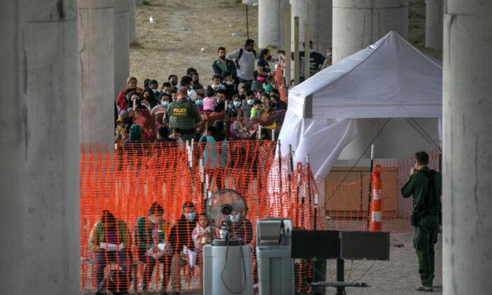 미국-멕시코 국경지대를 넘어온 망명 신청자들의 모습. 2021.3.23 | John Moore/Getty Images