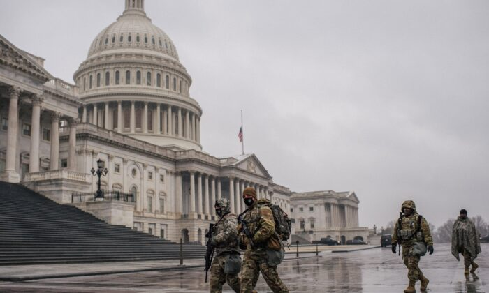 주방위군 소속 군인들이 지난달 13일 미 워싱턴 국회의사당을 지나고 있다. 2021.2.13   Brandon Bell/Getty Images
