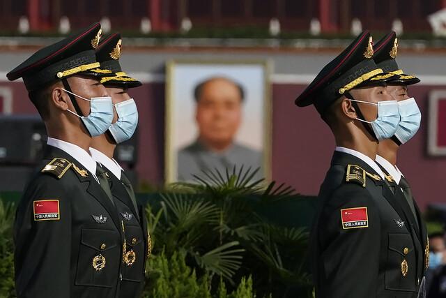 지난 2020년 9월30일 중국 수도 베이징 중심가 천안문 광장에서 열린 국경절 기념행사에서 마스크를 쓴 중국군 의장대가 마오쩌둥의 대형 초상 앞을 지나고 있다. | 베이징=AP 연합