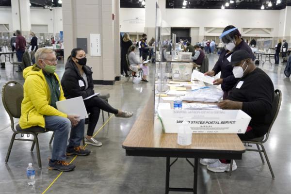 미국 위스콘신주 밀워키 카운티에서 지난해 11월 선거 감시인들이 수작업 재검표 과정을 참관하고 있다. | AP 연합