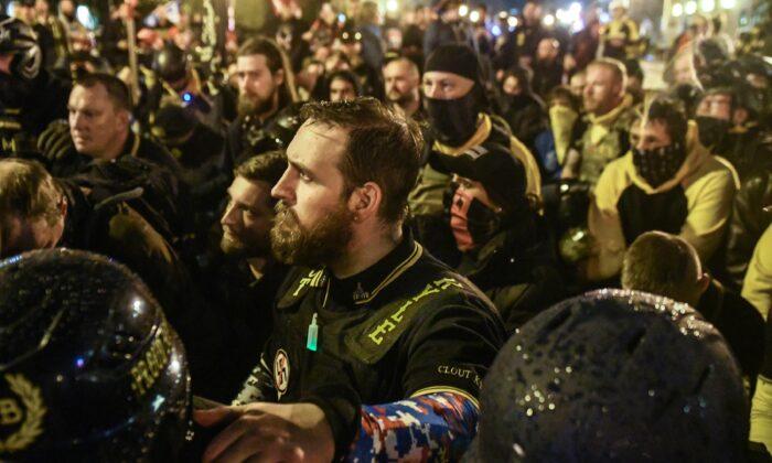 프라우드 보이스 회원들이 시위 도중 사망한 회원을 위해 기도하고 있다. 2020.12.12 | Stephanie Keth/Getty Images