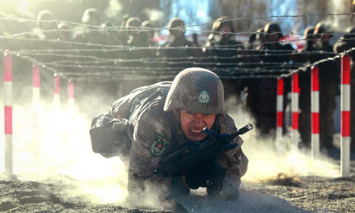 중국 인민해방군 병사가 지난 1월 중국 신장위구르 파미르 산맥에서 진행된 군사훈련에 참여하고 있다. | STR/AFP via Getty Images 연합