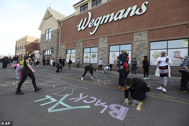 미국 동북부 뉴욕주 로체스터의 대형 식료품점 '웨그먼스'를 점령한 BLM 시위대 | AP=연합