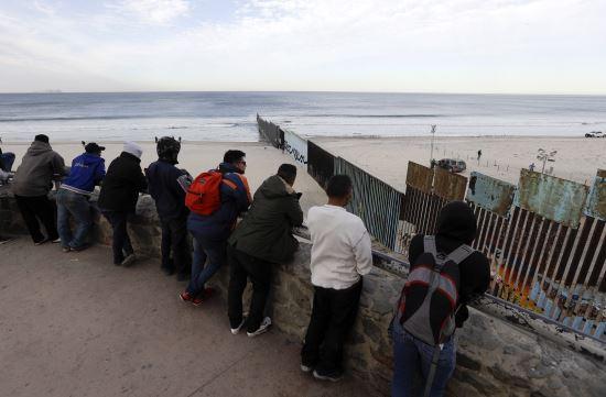 미국-멕시코 사이 국경의 멕시코 지역에서 미국 쪽을 바라보는 중미 이민 희망자들 | AP=연합