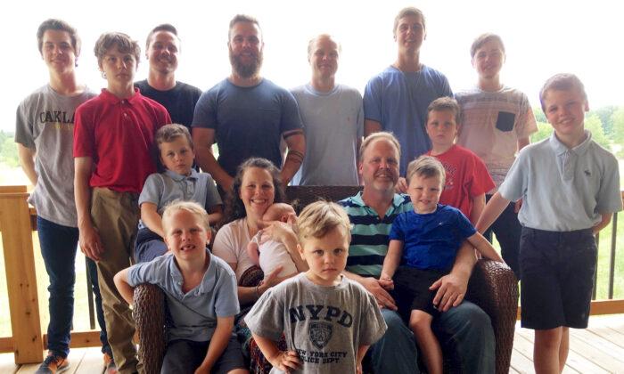 슈반트 부부가 14명의 아들과 함께 찍은 가족사진 | Mike Householder/AP Photo