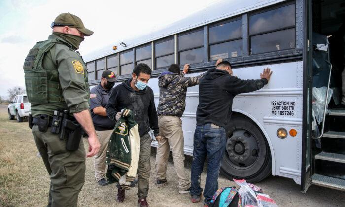 국경순찰 요원들이 미국 텍사스주의 페니타스에서 지난 11일(현지시간) 24명의 불법 체류자를 체포했다. 2021.3.11   Charlotte Cuthbertson/The Epoch Times