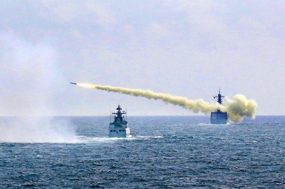 중국 인민해방군의 동중국해 미사일 발사 훈련. 2016년 8월 1일   신화 연합