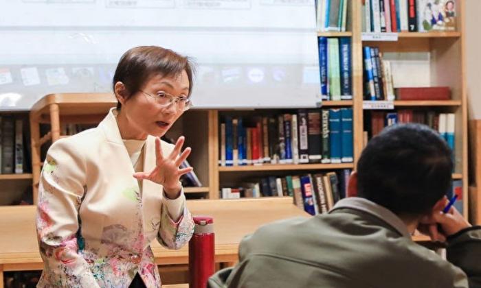 천옌링 선생님은 수 년간 실제 자녀 교육과 임상 경험을 가지고 있어 많은 학부모의 어려움을 해결해주고 있다. (사진=에포크타임스)