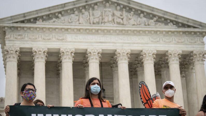 미국 내 불법이민자 2세들이 워싱턴DC 대법원 청사 앞에서 합법적 체류자격 부여를 요구하고 있다. | Drew Angerer/Getty Images