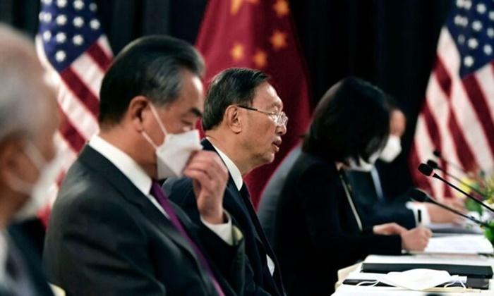 양제츠 중국 공산당 정치국원이 18일 미국 알래스카에서의 미중 고위급 회담에서 발언하고 있다. | FREDERIC J. BROWN/POOL/AFP via Getty Images